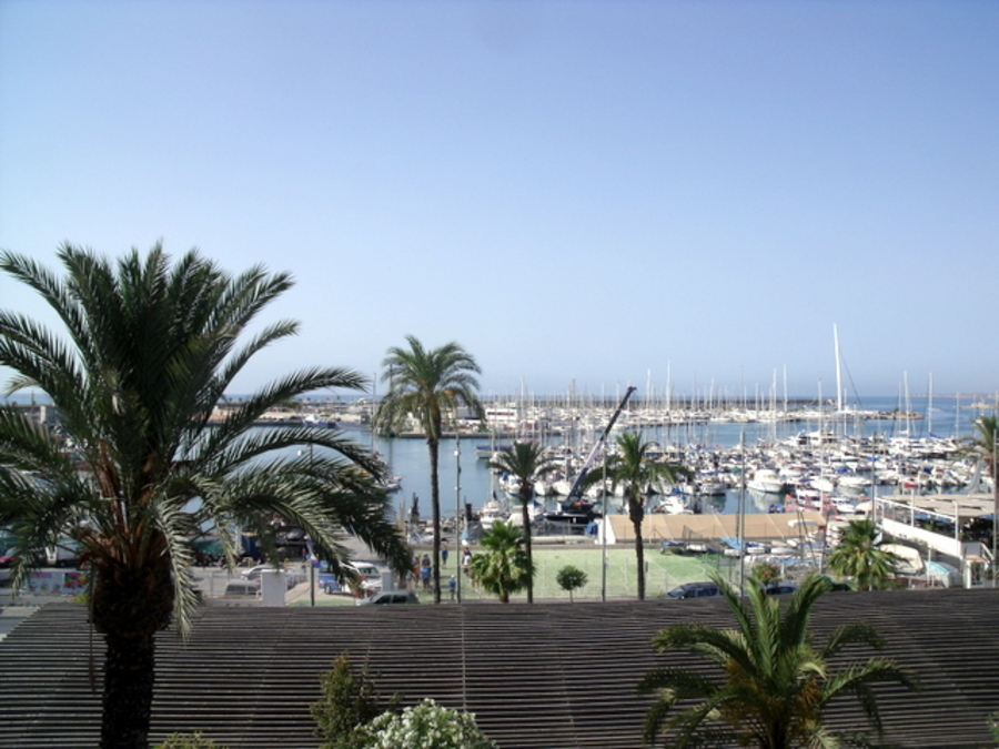 FRONT LINE 4 BEDROOM APARTMENT IN FRONT OF CLUB NAUTICO, TORREVIEJA, FOR REFORM.  The apartment has,Spain