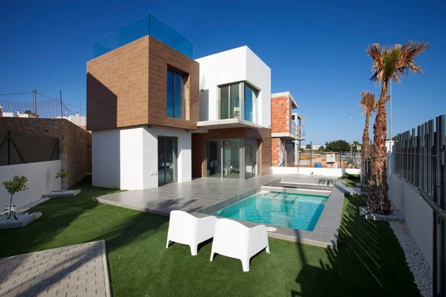 The property is on two levels and it is built to a high standard.  	It has on the ground floor a liv, Spain